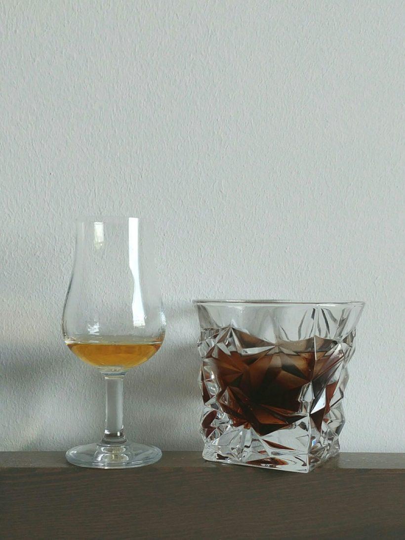 whisky z colą w tumblerze